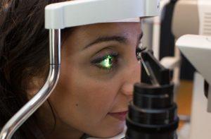 Frau wird beim Optiker untersucht