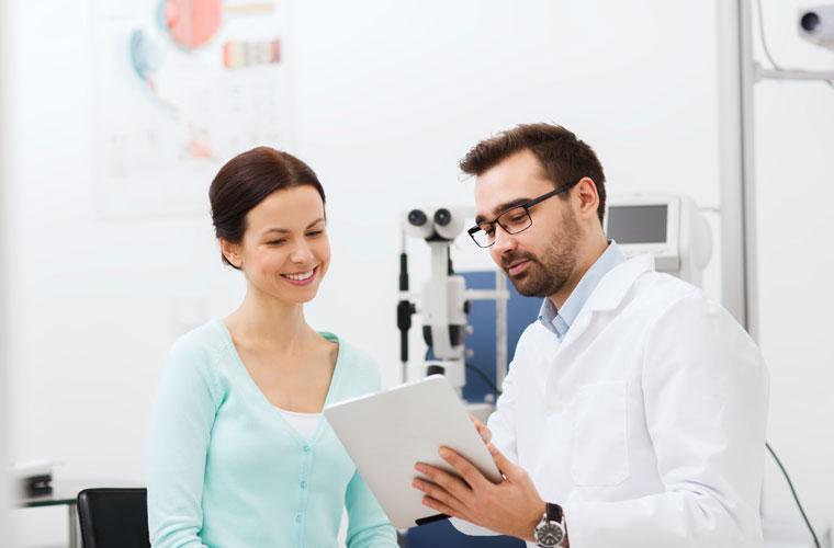 Optiker erklärt Patientin ihre Ergebnisse