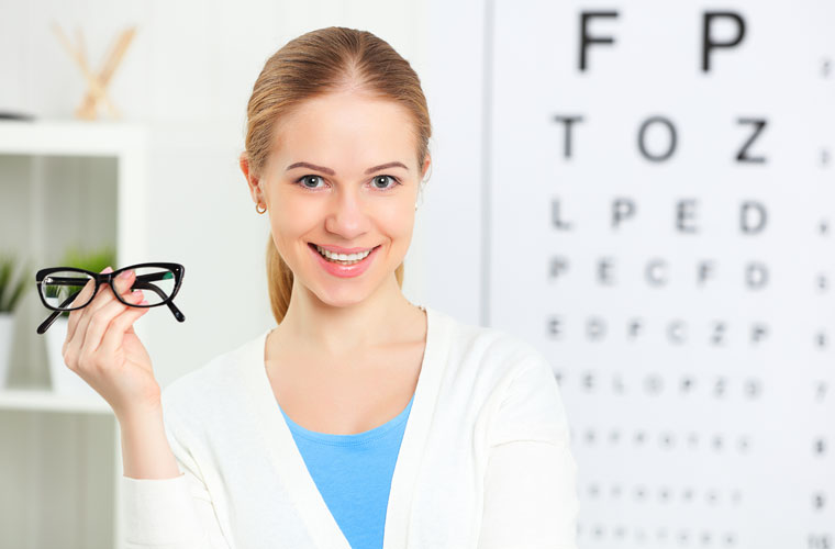 Frau mit Brille in der Hand