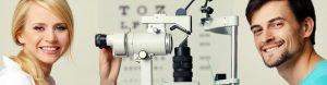 Mann beim Optiker