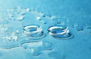 Kontaktlinsen liegen in Flüssigkeit