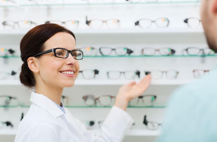 Optikerin im Verkauf
